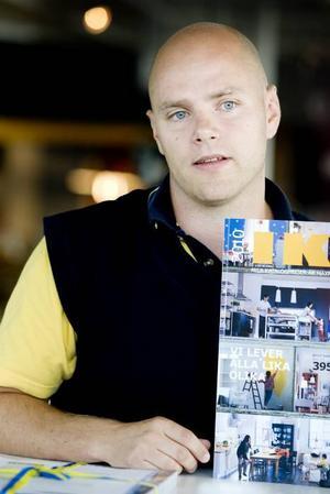 Visar katalog. Tomas Bolander är varuhuschef för Ikea i Valbo.