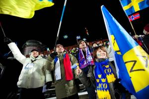 """Lena Sergeeva från Ryssland tillsammans med sina kamrater hade kommit den långa vägen för att heja på Anna Carin Olofsson-Zidek.""""Anna Karin är bäst"""", säger hon.Foto: Håkan Luthman"""