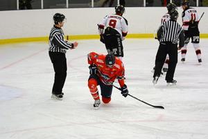 Säsongsinledningen har varit blytung för Oscar Johansson och resten av Ö-vik Hockey. I helgen blev det två nya förluster.