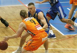 Försvarsspelet präglade matchen i nya Sporthallen. Här är det Jaan Puidet som försöker stoppa Mikkel Plannthin. Puidet tog stort ansvar och spelade mycket bra.