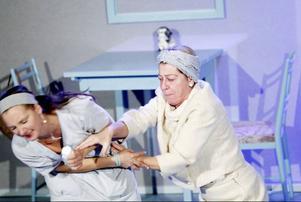 Estrad Norrs nya uppsättning lockar fram väldigt mycket skratt, tankar och en och annan tår. Linda Birgerssons Therese från hemtjänsten och Anita Nymans Ellinor som har alzheimers flätas in i varandra.