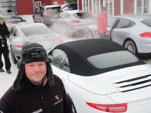 Lars Sandek är körinstruktör. Den här veckan handlar det om iskärning på närbelägna sjöar. Bakom honom finns bilar värda kring 20 miljoner kronor.