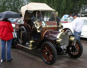 Olle Kristenssons Stoewer från 1910 väckte berättigad uppmärksamhet under Big Wheel i Malung, där regnet inte hindrade den stora publiktillströmningen.