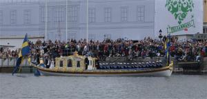 Bilden på brudparet Victoria och Daniel när dom anländer med slupen till Stockholms slott. Att få uppleva festen på plats bland tusentals hurrande åskådare blev en fin dag att minnas.