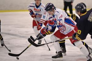 FIF:s Fredrik Davisson är starkast i närkampen mot Arlanda Wings.