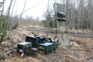 Vapen och sjukvårdsmaterial bärs med under övningsdagarna i Dagsådalen när hemvärnet genomför krigsförbandsövning.