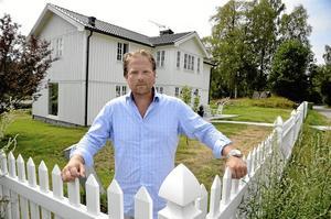 Drabbas? Patrik Franzéns nybyggda hus kan vara ett av dem som drabbas av dubelspårsbygget vid Västra Å. Hans enda hopp om att kunna bo kvar är att spåren hamnar så långt bort från huset som möjligt.Foto: Göran Kempe