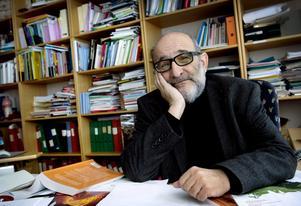 Jerzy Sarnecki, professor i krimilogi, fotgraferad på sitt tjänsterum på Stockholms universitet.