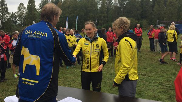 Tove Alexandersson i mitten är glad över ytterlgare en medalj i samlingen, denna gång ett DM-tecken.