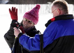 Naree Phvanghimmawan från Thailand åkte skidor för första gången och fick hjälp med stavarna av läraren Ulf Jernberg.