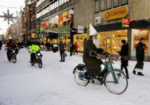 Mopedburen stjärngosse med tomteskägg. Björn Åberg knattrade fram på en enpetare i luciatåget genom Sundsvall.