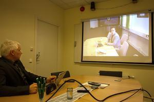 Göran Hoffman testar videokonferensutrustningen i Hedemora och pratar med Janne Eriksson på Atea i Borlänge. Även vårdplanerare har testat utrustningen med gott resultat.