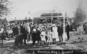 Barnens dag åtminstone 100 år. Här är bildbeviset för att det så tidigt som 1911 firades Barnens dag i Ljudals folkpark.