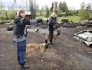 De bägge brandhundarna Ölina och Xena med sina förare Leif Malmgren och Catrin Sandgren.