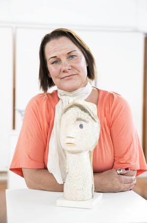 Leksandsskulptören Sanna Seppänen har också influerats av Picasso. Här är hon vid en av sina skulpturer, som är en tolkning av en av spanjorens Sylvette-bilder.