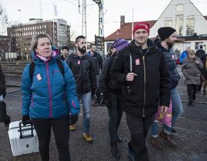Sara Sjöstedt och Johan Dyrander tillsammans med sina kolleger på väg till tåget.