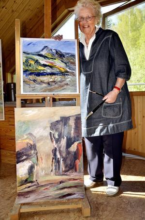 Välkommen i stugan. Gulli Klingvall utlovar en del spännande nyheter för dem som besöker hennes konstateljé på Ekliden 26 i helgen.