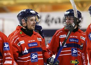 Jocke Svensk (höger) tillsammans med försvarsveteranen Daniel Välitalo.