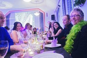 Det är hög stämning vid borden på Mello-festen.