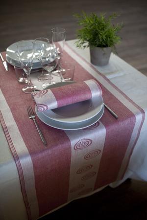 Bordsfröjd. Klässbols linneväveri har skapat en löpare i linne med matchande servetter, finns i rött och vitt. Löpare i tvåpack: 498 kronor, servetter i tvåpack: 298 kronor.Foto: Bertil Strandell