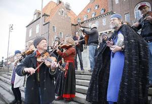 Glada folkmusiker tar strid för mångfalden. Vid lunchtid spelade ett snabbt inkallat spelmanslag på Rådhusets trappa för att värna folkmusiken mot främlingsfientlighet.