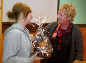 Under måndagens fullmäktige sammanträde uppvaktades Annika Hasselblad för hennes junior VM silver i kickboxning. På bilden är det kommunalrådet Ewa Lindstrand som gratulerat och gett blommor till Annika Hasselblad som tävlar för Ironman i Timrå.