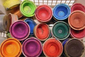 Det finns akvarell och akrylfärger. Men det kan vara befriande att ta ut svängarna med de klassiska täckfärger.