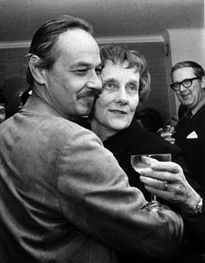 Lennart Hellsing tilldelades Astrid Lindgren-stipendiet 1970. På bilden syns Hellsing tillsammans med Lindgren.