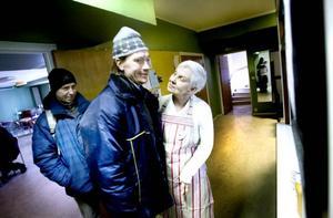 Tidiga till maten. Anne-Marie Tapper får en kram av Roger Nordqvist och Tommy Gyllenskepp som hittat till lokalen på Nordöst.