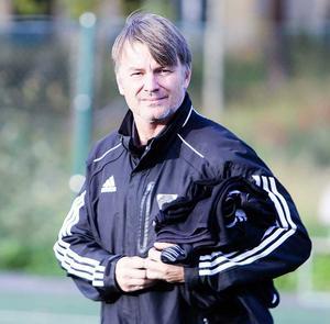 Fotbollstränaren Torbjörn Nilsson har inget kontrakt – och ryktas vara på väg till Hudiksvalls FF.