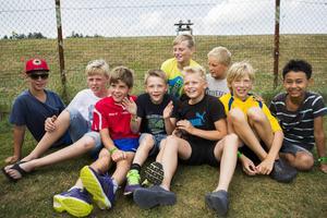 KB65:s F13-lag hade en egen hejarklack på sidan. Killarna spelar med Örnsköldsviksklubbens P12-lag, som i sin första match mötte Sidsjö-Böle (1–1). Från vänster: Victor Enfjord, Emil Bodin, Wille Persson, Jacob Westin, Sebastian Blynbeck, Marcus Jonsson, Edwin Bengtsson, Melvin Englund, Game Eklund.