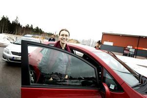 KÖRA MILJÖVÄNLIGT. Camilla Olsson och ett 30-tal andra personer som deltar i Gävle kommuns miljöprojekt Hållbara familjer, fick i går en praktisk och teoretisk lektion i miljövänlig körning.