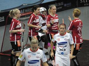 Sara Kristoffersson, tvåa från vänster, gratuleras efter sitt mål fram till 2–1. Från vänster; Malin Lundqvist, Kristoffersson, passningsläggaren Ellen Tillman samt Silvana Nötzli, plus då deppiga Huddingespelare.