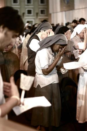 St. Petersplatsen, RomNunnor och andra som lyssnar på gudstjänst med kardinal.