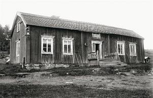 Innan hotell- och restaurangbranschen började växa fram till det den är i dag, fanns runt om i landsbygden gästgiverier. Där kunde man äta, övernatta och till och med byta häst. Det här gästgiveriet låg i Borgvattnet.