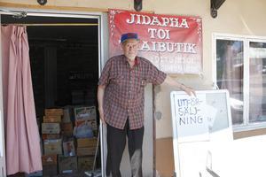 Bror Olsson förbereder för utförsäljning när Thai-butiken på Baldersgatan stänger.