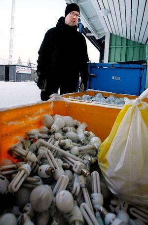 """De lampor som slängs på återvinningen i Östersunds kommun skickas till Norge. """"Där är de väldigt bra på att hitta nya användningsområden, till exempel till isolering men också till konstverk, säger Göran Henriksson."""