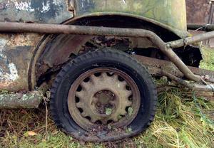 Stock Car-bilen i Segersta som synes ordentligt förstärk med grova järnrör.