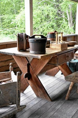 Antikt bockbord som fyndats ur ett dödsbo spekuleras att kunna auktioneras ut dyrt. Bordet beräknas vara från 1700-talet.