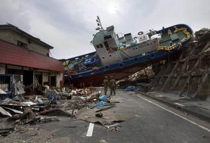 Ett skepp blockerar vägen efter att ha sköljts upp med tsunamin som drabbade Japan 2011. Foto: David Guttenfelder/AP/TT