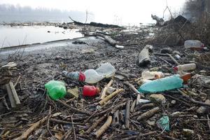 Sverige kan tänka sig att EU lägger en skatt – eller en avgift – på plastavfall som inte återvinns.
