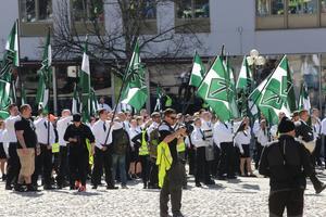 Uppdelat torg. Nordiska Motståndsrörelsens demonstration samlar runt 550 personer, fler än 1 maj i Borlänge i fjol.