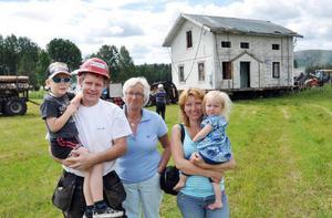 Rune, Joakim, farmor Eva och Alice Karlsson samt Jessica Asplund framför det ekipage som flyttade deras fritidshus från ena till andra ändan av Gimdalen.