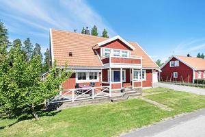 I Hilleviksidyllen finns denna 146 kvadratmeter stora villa med balkong och två altaner.