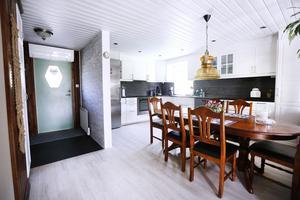 Köket renoverades för bara två år sedan. Väggar togs bort och nu är kök- och vardagsrum integrerat.
