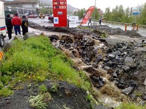 Det har blivit omfattande skador på en del platser. bilden visar läget i dag vid Kabinbanestationen och bensinmacken intill E 14.