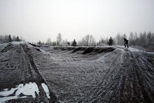 """MILJÖGIFTER. """"Kistippen"""" i Gästrike-Hammarby innehåller en hel del miljögifter. Nu används den av ungdomar som                            åker crosscykel i området. """"Det är naturligtvis inte bra att man utsätts för risken till direkt exponering"""", säger Mats Dahlén som är handläggare på länsstyrelsens miljöskyddsenhet."""