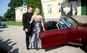 Tobias Lignell, samhälls- och industriprogrammet öppnar dörren för baldejten Julia Sjöström, barn- och fritidsprogrammet.