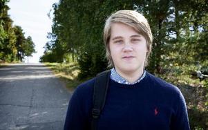 Robin Andersson, 17, tror inte att branden har något samband med diskussionerna om öppnande av asylboende. Det kan vara så, menar han, att den eller de skyldiga lidit av sysslolöshet och tänt på i rent oförstånd. Foto: Peter Ohlsson