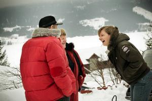 Mathilde Oosterhoff i samspråk med närmaste grannarna Hasse och Sonja Nilsson.